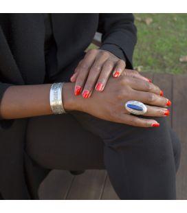 LONGUE BAGUE TOUAREG EN ARGENT GRAVE ET LAPIS LAZULI, COLLECTION AFRIQUE, POUR FEMME